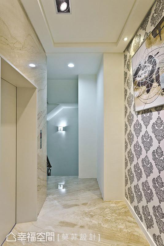 大理石铺排的华美,烘衬上壁纸图腾,异材质拼接下所生的优雅混搭,将居者思绪有了逐步导引。