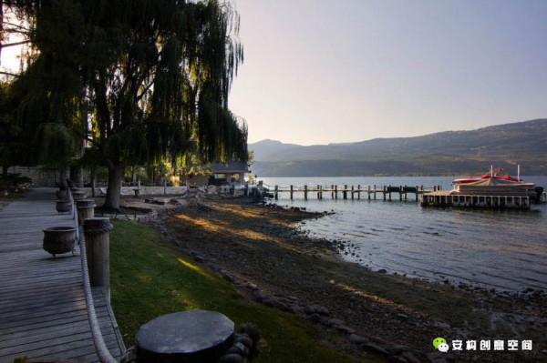 在湖边的这座别墅,绝对是最独特。你不能复制这个家不管你有多大的能力。靠近湖边,船屋的酒吧,宽阔的木板路及独特的码头结构都是祖父级的。