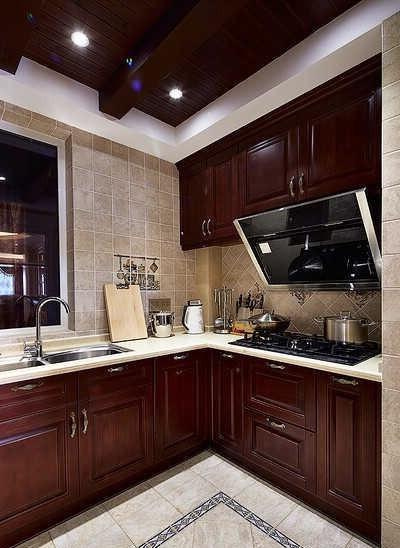 美式厨房多采用开放式设计,厨房的整体橱柜简单耐用且功能强大,烟机灶具均为镶嵌式设计,式样厚重的复古家具配合仿古砖,整个空间质感十足,体现了女主人不俗的品味。