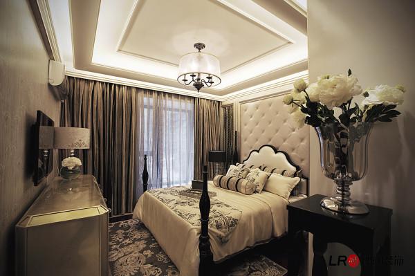 卧室一般较客厅空间低矮平和,选材上也多取舒适、柔性、温馨的材质组合,可以有效地建立起一种温情暖意的家庭氛围,