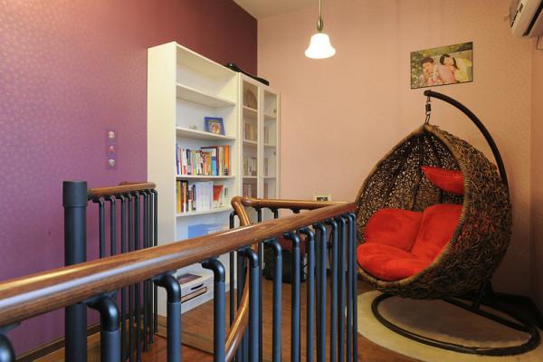 一个休闲的区域,团到吊椅里,看本书!