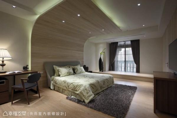 以木质为主的风格表现,以一道弧形折角挡去床头上方梁体。