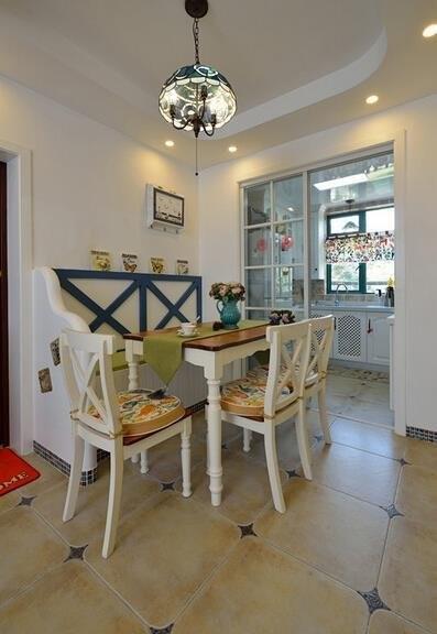 餐厅的设计是地中海风格,以地中海风格里面的黄色蓝色为主,显得色彩丰富,有地中海风情。