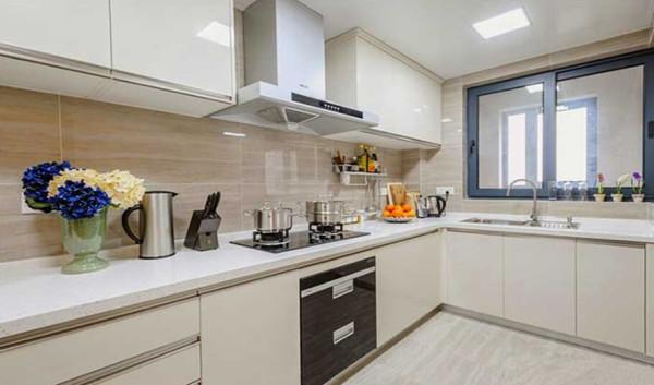 厨房以白色烤漆搭配米色木纹石瓷砖,视觉效果干净整洁