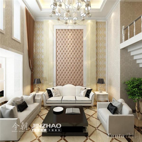 优雅的弧线和刚毅的直线条把会客厅勾勒出恢宏的华贵风格,搭配丝质饰面的豪华木制沙发纯正的欧陆风情一览无余。