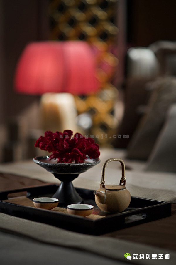 陈列着各种精致的中国物件,这些物件与现代的设计在恰当的空间邂逅,让现代设计蕴涵着深深的中国历史文化印迹,让古老的中国艺术焕发活力。