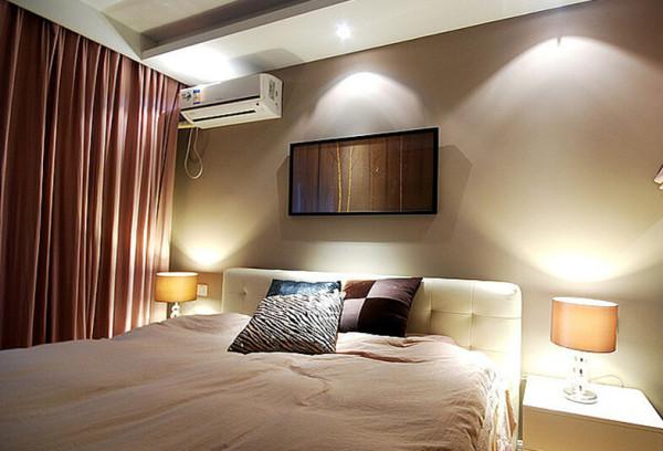 面朝北向的次卧设计上采用了暖色调,增加了温馨舒适感,在寒冷的冬季也能暖人心扉,橙红色的窗帘给空间增加了跳跃感。