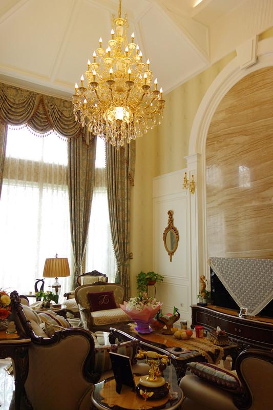 欧式讲究对称、平衡、轴线的设计,因此背景主墙加强了和楼梯的平衡关系,不设多余的装饰,增进了气派恢宏的感觉。