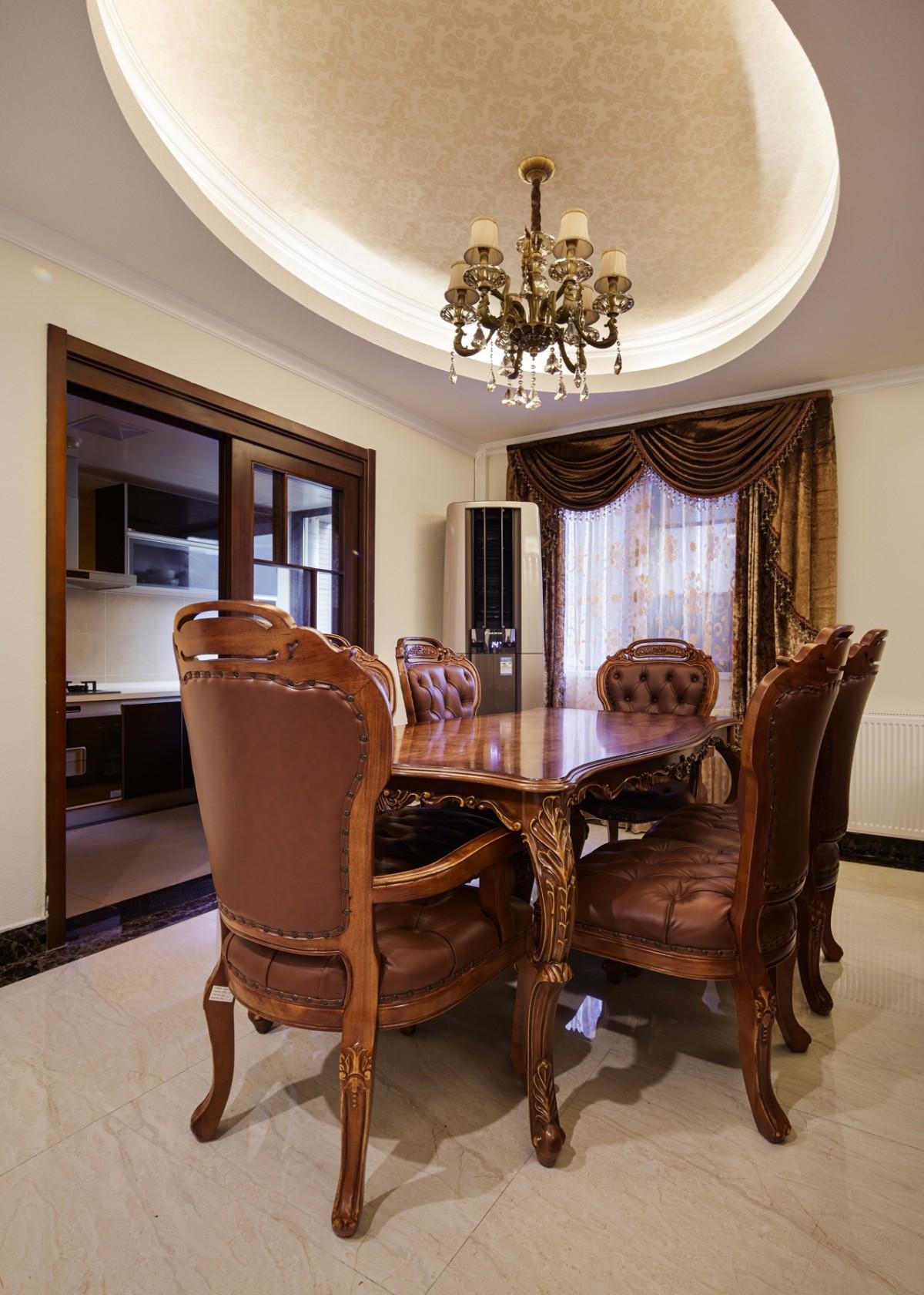 餐厅做了椭圆吊顶,和卧室的背景墙一样的花色,皮质餐凳,显得更大气.