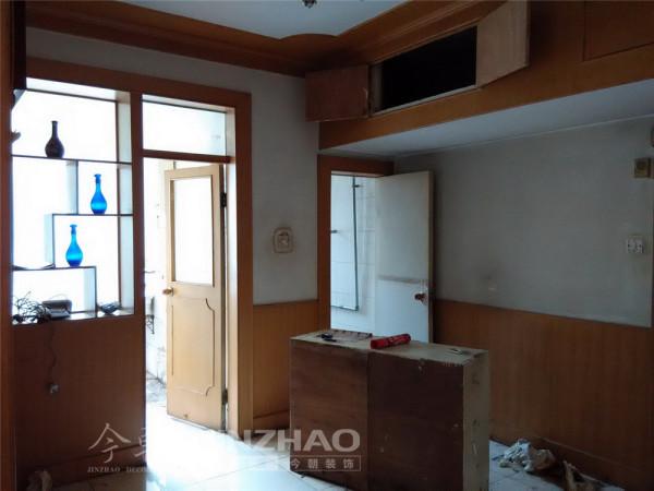 【设计说明】:为了满足业主对客厅空间感的要求,使老房装修类似于新房装修的视觉效果,