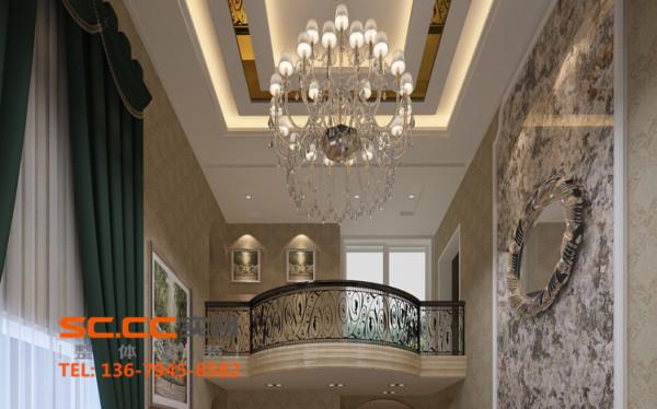 6米高的挑高电视背景墙,气势磅礴,顶面玫瑰金不锈钢嵌条以及非凡气度的水晶大吊灯,可以隐约看到搭配的沙发。