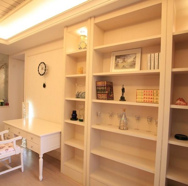 书房里面设置了大量的展示柜,增加了空间的储藏空间,功能性更强,整个空间的色调是一白色为主色调,显得干净清爽。