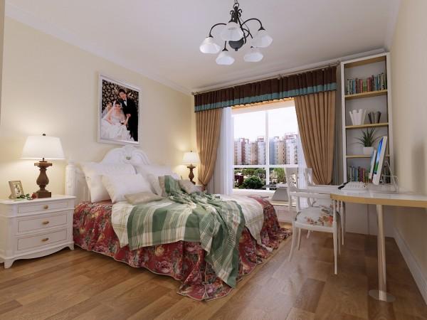 主卧室则起了一个150mm的榻榻米,墙面刷米黄色乳胶漆,顶面以欧式角线圈边,简单且温馨。总之,整个空间营造了一个温馨舒适的居住空间。