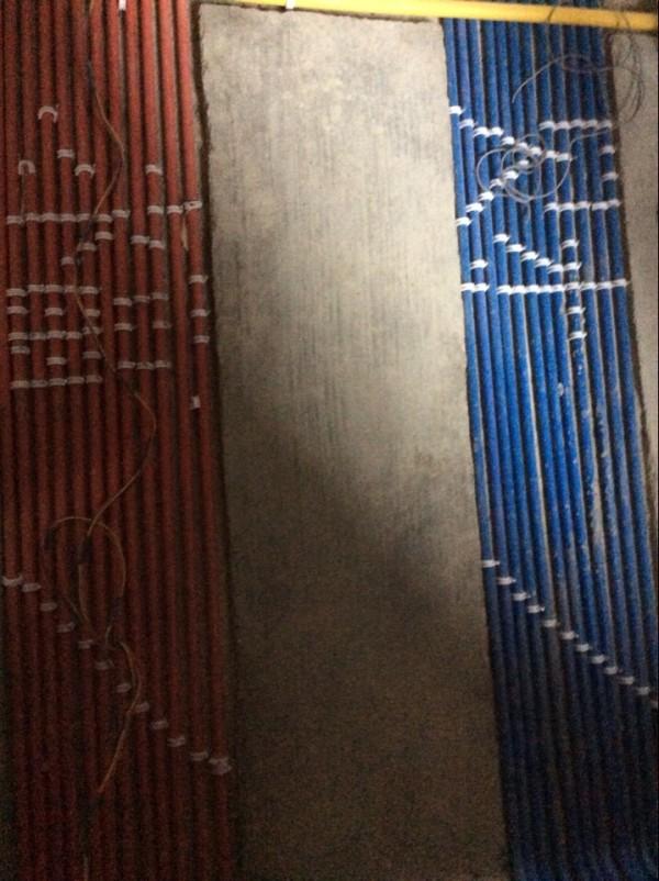 """""""红色线管""""表示强电,美颂雅庭专用,红管铺设线管时清晰,安全,更易识别和维护,便于业主检验。""""蓝色线管""""表示弱电,美颂雅庭专用,单独施工杜绝导线间短路。"""
