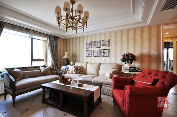 """设计师深知""""舒适自然""""为客厅的核心元素,在布置中十分注重天然的材质,百搭的元素,柔和的配色以及细节的陈设等,已在自然,随性的空间画面中,传达温馨,舒适的美式生活理念!"""