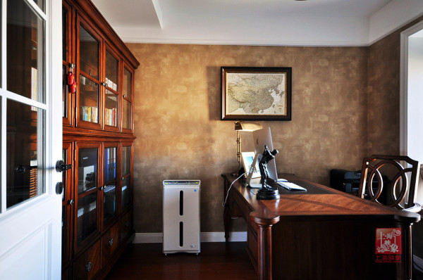 家是主人个性的镜子。投身物流业的男主人对阅读有浓厚的兴趣。书柜通透的设计让书香在整个在空间中肆意流动,减少了传统书柜的沉重感,在提升空间的同时,透露出自由舒适的美式情调!