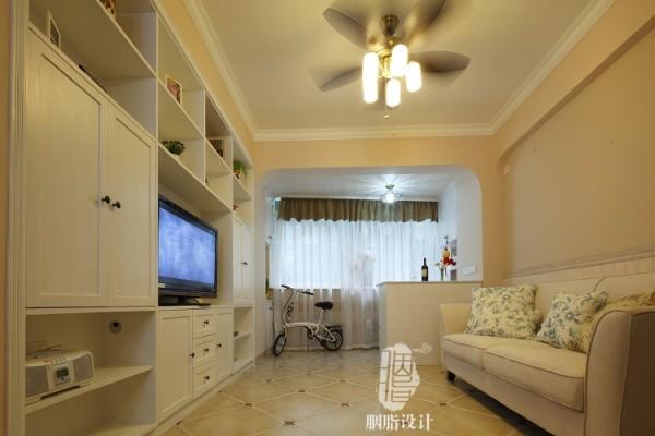 电视墙采用入墙式宜家风格,增加更多实用空间