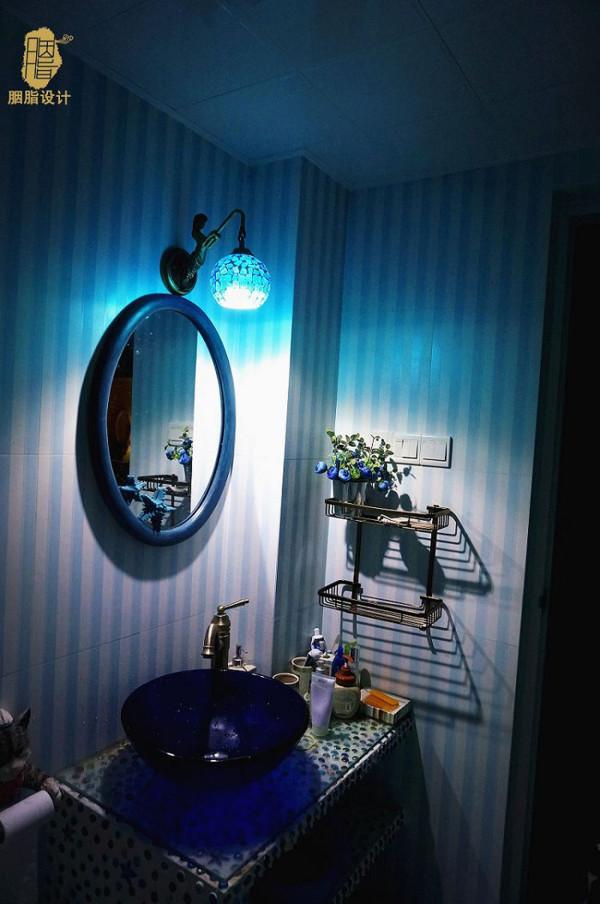 蓝色框梳妆镜(PS:卫生间照片是后期晚上业主补拍,效果略欠佳,实际蓝色氛围没这么重)