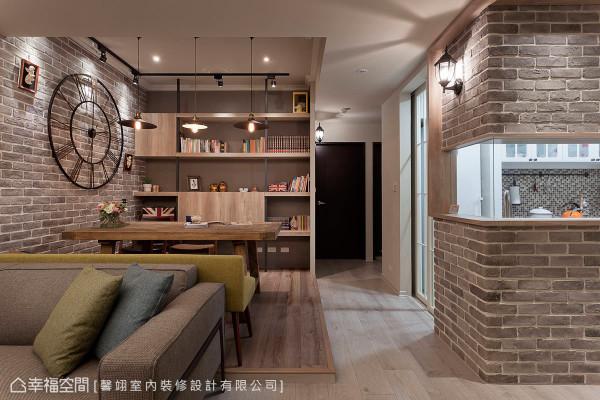 在施工前,设计师与屋主透过良好沟通,将客、餐厅/书房连结,除了是开放式的餐厅,也是是屋主阅读及休憩的小天地。