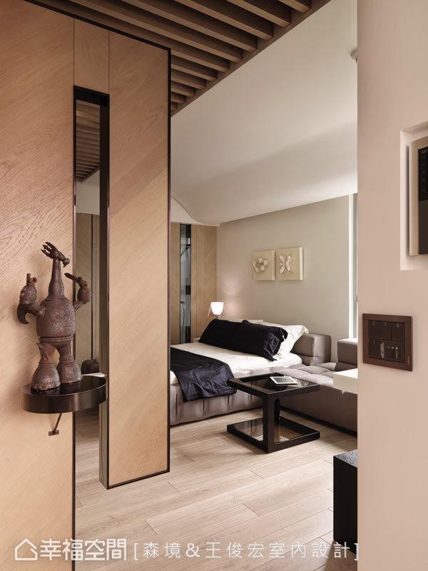 设计师为增加空间的开阔感,玄关端景墙使用虚实相间的立面表现,让进入内部更显明亮开阔。