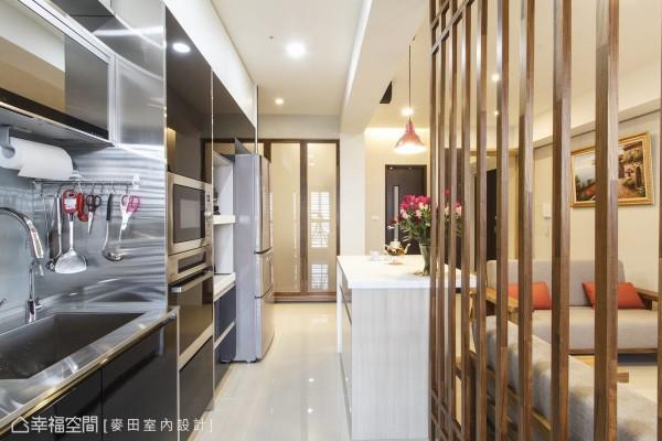 不锈钢与黑玻的时尚选色,为建商选配的风格厨具,设计者考虑整体空间风格,以同样的黑玻加设电器柜与冰箱柜,扩充厨房的实用机能与收纳空间。