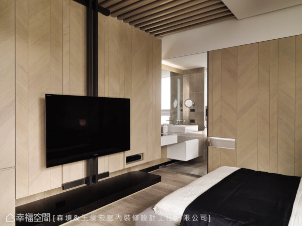 电视墙及卫浴拉门使用钢刷梧桐木皮,以宽窄不一的线条与山形纹表现;天花上方则铺设实木杆栏,用木质元素营造温馨都会宅。