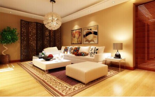 风格是新中式 简约的吊顶处理 简约的布艺沙发 简约的灯具 尽头处 一面屏风