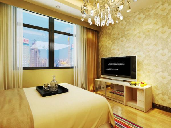 卧室地板采用强化复合地板,美观、耐磨。电视背景墙采用了浅棕色的花壁纸,给人眼前一亮的感觉。