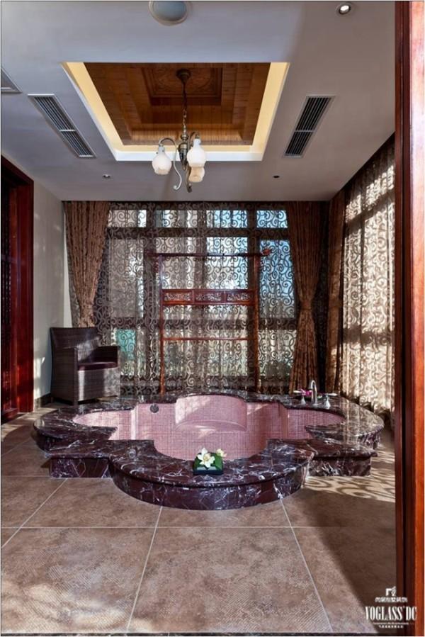 浴室的晾衣架仿制古代的放衣架,再加上独特花样的窗帘整个空间别墅装修更显高端大气、尊贵高雅。