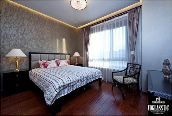 在这个卧室中,壁纸绝对是最大体现中式魅力的元素。