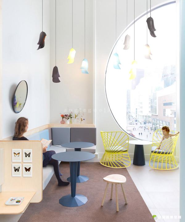 另外值得一提的是,场所中的部分灯具和桌子也出自Studio Constance Guisset的设计。