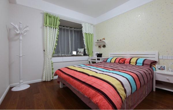 七彩虹床单,清新绿点儿窗帘,一切都是那么舒适