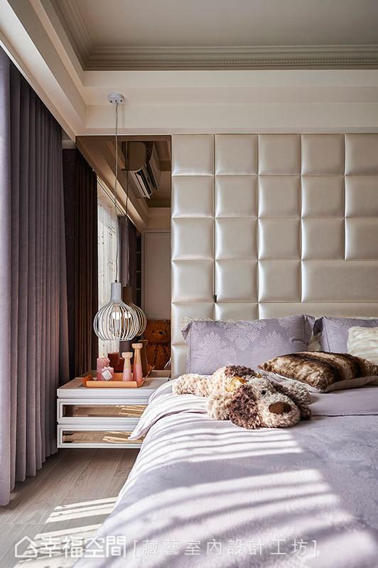 床头的粗大梁体改为收纳柜使用,并透过窗帘盒与茶镜修饰结构柱体。