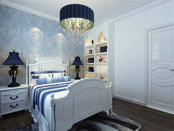 主卧地板采用了强化复合地板。美观、耐磨,保养简单。床后面贴了蓝白拼花的壁纸,床单、台灯都选择了蓝色,白色的床头柜用了白色加以衬托。窗帘同样选择了蓝、白的颜色,更加凸显地中海风格的特点。