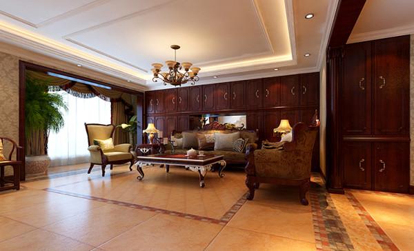 客厅在配饰上,金黄色和红木的配饰衬托出古典家具的高贵与优雅,赋予古典美感的窗帘、造型古朴的吊灯使整个空间看起来赋予韵律感且大方典雅,柔和的浅色团花壁纸为整个空间带来了柔美的气质,