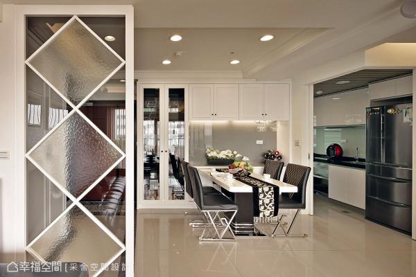 经过厨房隔间墙的改造,让餐厅可另外打造实用的餐柜空间。