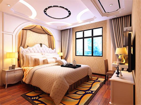 卧室墙面选择了与客厅整体风格较统一的浅棕色的壁纸,家具选择了白色的极具欧式风格特点的家具,优美的线条,极具代表性。卧室的吊顶的几个筒灯的选择,满足了灯光的不同需求。