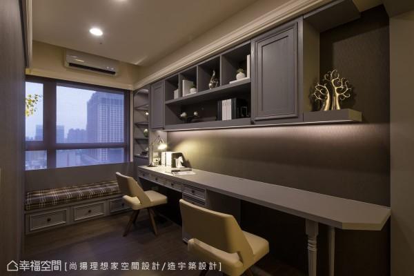 原先为一房的空间,与主卧共享墙面拆除后,以收纳衣柜为隔间,创造主卧的使用机能,空间略为缩减的面宽,设计者利用古典造型的落脚柱,虚化书桌量体的存在,扩大与餐厅的衔接面。