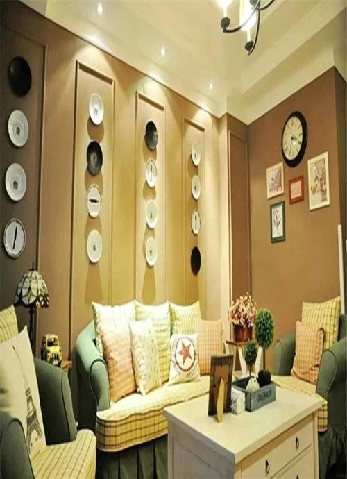 客厅在装饰上采用了大量的木质材料做饰面,显得个性化十足,在美式风格中常用的做旧表现的很强烈,喜欢古老的历史,因此在装饰上的石材采用的就是仿古砖有这个历史气息在软装上也是一样的。