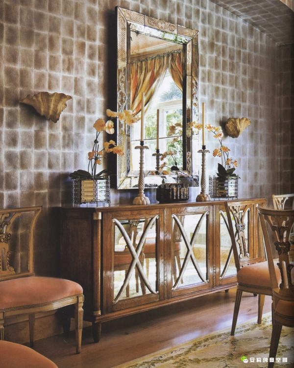 设计师还在室内加了装饰嵌线,法式书柜和橱柜,松木门等等旧式风格的家具和装饰细节。