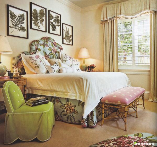 背景墙装饰有方形图案,原始自然。同样延续了其色彩丰富的特点。