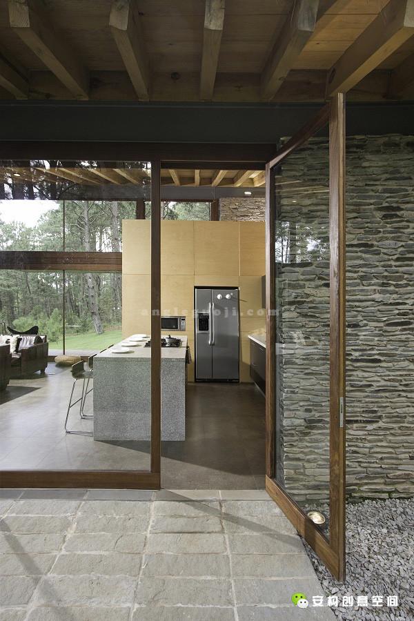设计师们用周围的美景配合这种开放式地度假设计,时刻向人们传达着轻松悠闲的感觉。小屋的外面的林地和宽阔而广袤,里面则是轻柔、温暖、舒适而又唯美的。