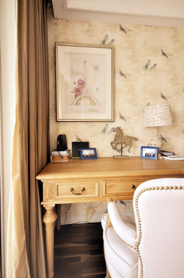书房区域内,即使是天花顶,也拥有独特的细节,配合 渲染着整体环境的装饰风格。墙上的画儿,定制的特色家具,各种各样的摆饰和装饰,融汇在同一空间,层层叠叠间透露着主人的个性和喜好!