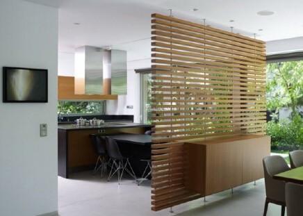 木藤的隔断让房间更有淡雅的品味