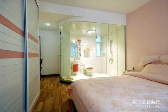 暖色调的卧室看起来很温馨喔