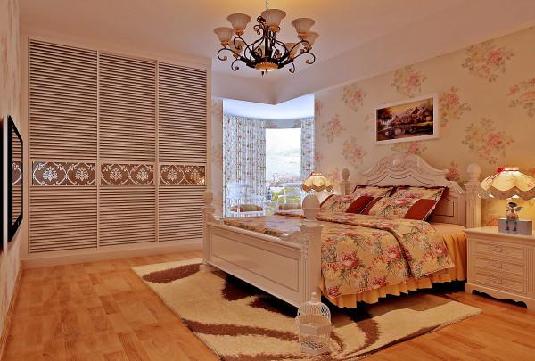 设计理念:色彩的分明,纯手工雕刻的家具。 亮点:华美的布艺以及纯手工的制作,布面花色秀丽,多以纷繁的花卉图案为主。碎花、条纹、苏格兰图案衬托家具的永恒主调。