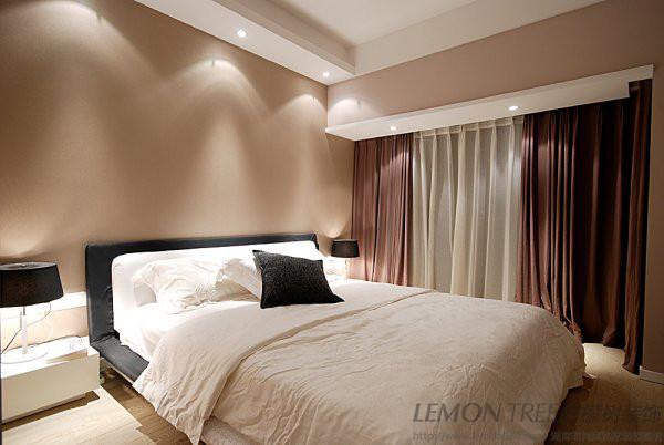 卧室使用的咖啡色墙漆~棕色双层窗帘~