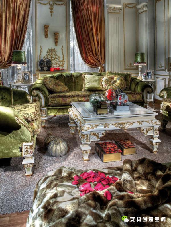 """洛可可风格的主要艺术的特征表现在印花图案上――大量的自然花卉的主题,所以有人称这个时期法国的印花织物为""""花的帝国""""(The Empire of Flora)。"""
