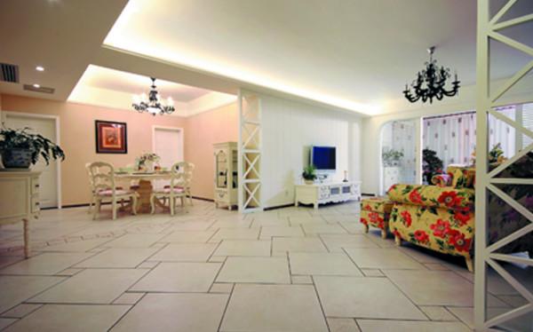 设计理念: 餐厅是家居生活的心脏,不仅要美观,更重要的实用性,整体性。米色带有复古花纹的窗帘与同花型的软包餐桌椅搭配,协调而富有层次,墙面上简约的圆镜