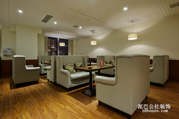 客厅设置了很多小型沙发座椅,方便和客户交谈